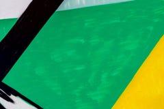 Abstrakt grungetexturbakgrund med gräsplan-, guling- och svartfärg tonar Åldrig målarfärg på smutsig metallyttersida för gammal b Arkivbilder