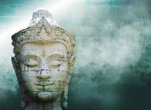 Abstrakt grungy gammal vägg över det vita Buddhahuvudet Royaltyfri Fotografi
