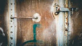 Abstrakt grungy metallyttersida och lås på rostig järndörr av restaurangvagndrevet Arkivfoton