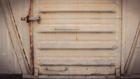 Abstrakt grungy metallyttersida och lås på rostig järndörr av restaurangvagndrevet Royaltyfria Bilder