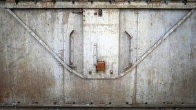 Abstrakt grungy metallyttersida och lås på rostig järndörr av restaurangvagndrevet Arkivbilder