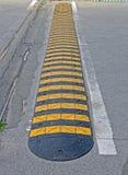 Abstrakt gul avriven vägbarriär på asfalt, Royaltyfri Bild