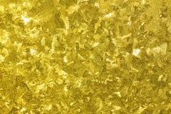 Abstrakt gul bakgrund från en frostig modell på exponeringsglas Royaltyfri Bild