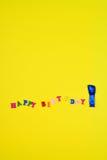 Abstrakt gul bakgrund med en lycklig födelsedag för inskrift Arkivbilder