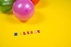 Abstrakt gul bakgrund med ferietecknet och ballonger Arkivfoton