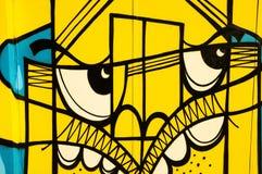 Abstrakt gul grafittiframsida Arkivfoto