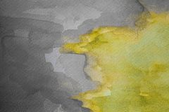Abstrakt gul vattenfärg på texturerat papper Målad vattenfärgbakgrund för guling och för grå färger hand royaltyfria foton