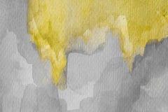 Abstrakt gul vattenfärg på texturerat papper Målad vattenfärgbakgrund för guling och för grå färger hand royaltyfri bild