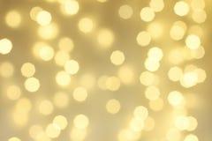 Abstrakt guld- gnistrandebakgrund, defocused julbokeh Royaltyfria Foton