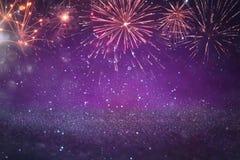 Abstrakt guld och lilor blänker bakgrund med fyrverkerier julhelgdagsafton, 4th av det juli feriebegreppet Fotografering för Bildbyråer