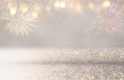 abstrakt guld och silver blänker bakgrund med fyrverkerier julhelgdagsafton, 4th av det juli feriebegreppet Royaltyfria Bilder