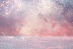 abstrakt guld och silver blänker bakgrund med fyrverkerier julhelgdagsafton, 4th av det juli feriebegreppet Royaltyfri Foto