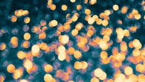 Abstrakt guld- skinande bokeh på ljus tonad bakgrund Glödande bakgrund med bokehstil för säsongsbetonade hälsningar arkivfoton