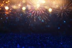 Abstrakt guld, svart och blått blänker bakgrund med fyrverkerier julhelgdagsafton, 4th av det juli feriebegreppet Arkivbild