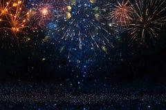 Abstrakt guld, svart och blått blänker bakgrund med fyrverkerier julhelgdagsafton, 4th av det juli feriebegreppet royaltyfri bild