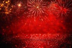 Abstrakt guld, svart och rött blänker bakgrund med fyrverkerier julhelgdagsafton, 4th av det juli feriebegreppet Royaltyfri Foto