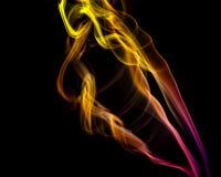 Abstrakt guling och lilor röker från de aromatiska pinnarna Royaltyfria Bilder