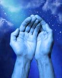 abstrakt händer hjälper religion Royaltyfri Bild