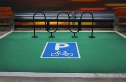 Abstrakt härlig gräsplan parkerar cykelgränden på gatabakgrund Royaltyfri Fotografi