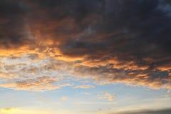 Abstrakt härlig ljus röd och gul solskymning, moln tävlar Royaltyfri Bild