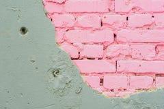 Abstrakt härlig vägg av grå färgcement- och rosa färgtegelstenar Grov skadad sjaskig textur med sprucket Naturlig modell klippt a arkivfoton