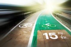 Abstrakt härlig vit går och gör grön cykelgränden på gatan Arkivfoto