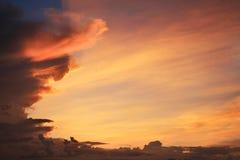 Abstrakt härligt ljust rött och gult land för solskymningsikt Fotografering för Bildbyråer