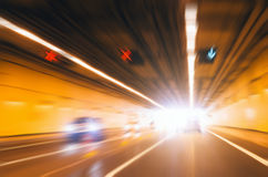 Abstrakt hastighet, trafik på vägen avsluta den ljusa tunnelen Arkivfoton