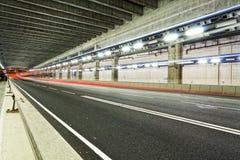 Abstrakt hastighetsrörelse i den stads- huvudvägvägtunnelen, suddig moti Royaltyfri Bild