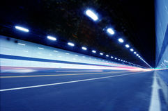 Abstrakt hastighetsrörelse i stads- huvudvägvägtunnel Arkivbild