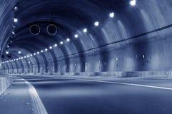 Abstrakt hastighetsrörelse i stads- huvudvägvägtunnel Arkivfoto