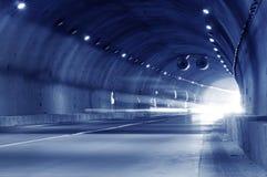 Abstrakt hastighetsrörelse i stads- huvudvägvägtunnel Royaltyfri Foto