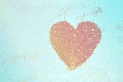 Abstrakt hjärta av guld- blänker mousserar på blå bakgrund Royaltyfri Fotografi