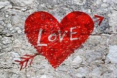 Abstrakt hjärta på textur för grungestenvägg Royaltyfria Bilder
