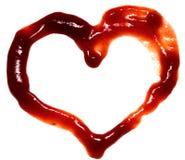 Abstrakt hjärta som göras av ketchup på den vita bakgrundscloseupen Valentindagidéer Plana symboler Royaltyfria Bilder