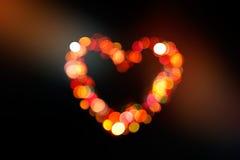 abstrakt hjärtaformbokeh som är färgrik på mörk bakgrund Royaltyfri Foto
