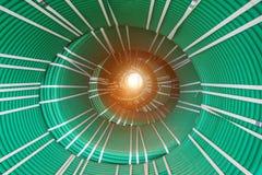 Abstrakt idérik tunnelvision från packar av vridna gröna slangar Royaltyfria Foton
