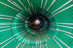 Abstrakt idérik tunnelvision från packar av vridna gröna slangar Fotografering för Bildbyråer