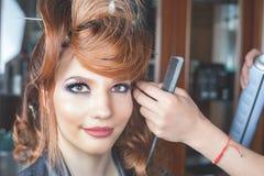 abstrakt illustration för banermodefrisyr kvinnan med pinnen sax för salong för hårstift Fotografering för Bildbyråer