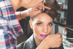 abstrakt illustration för banermodefrisyr kvinnan med pinnen sax för salong för hårstift Royaltyfri Foto