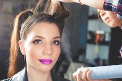 abstrakt illustration för banermodefrisyr kvinnan med pinnen sax för salong för hårstift Royaltyfria Bilder