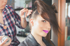 abstrakt illustration för banermodefrisyr kvinnan med pinnen sax för salong för hårstift Royaltyfri Fotografi