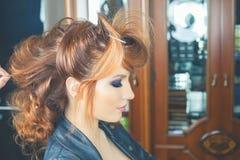 abstrakt illustration för banermodefrisyr kvinnan med pinnen sax för salong för hårstift Royaltyfria Foton