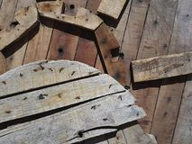 Abstrakt industriell bakgrund från stycken av trä av olika former som spikas med metall, spikar till träskölden Fotografering för Bildbyråer