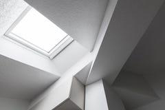 Abstrakt inre med taket, strålar och fönstret Arkivbild