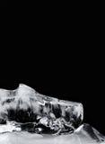 Abstrakt isformtextur på svart bakgrund Djupfryst vatten, grunt djup för closeup av fält Arkivfoto