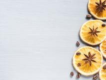 Abstrakt julbakgrund med citrusfrukt, skivor av apelsinen och stjärnaanis kopiera avstånd Royaltyfri Bild