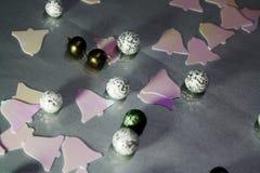 Abstrakt juldekorbakgrund med bollar och klirr royaltyfria foton