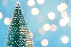Abstrakt julgran- och ljusorb i suddig bakgrund arkivfoton