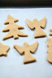 Abstrakt julmatbakgrund med kakaformer och mjöl Stekheta julkakor - tabell, kakaskärare och kakor Arkivbild